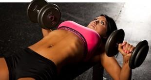 Тренировка груди у девушки