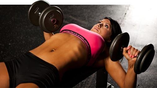 Тренировка жим гантелями для груди девушка
