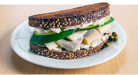 Сэндвич с консервированной селедкой