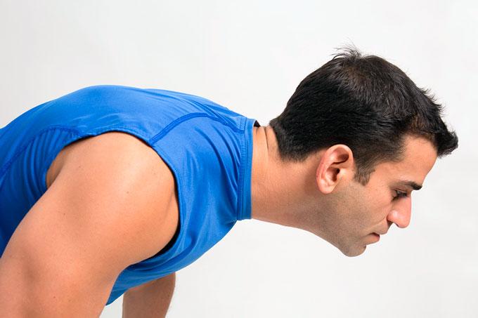 Ошибка сильного напряжения шеи во время отжиманий