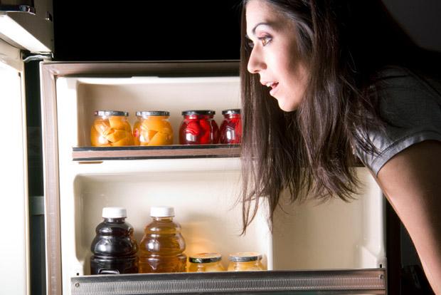 Девушка ночью возле холодильника