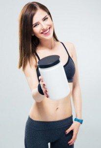 Спортивная брюнетка и сывороточный протеин