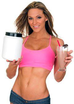 Девушка держит сывороточный протеин