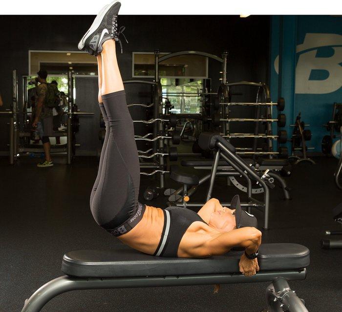Выполнение упражнения поднятия ног