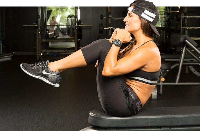 Выполнение упражнения подтягивания коленей к груди