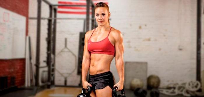Девушка на тренировке по кроссфит