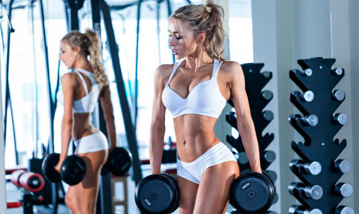 Тренировка девушки в зале